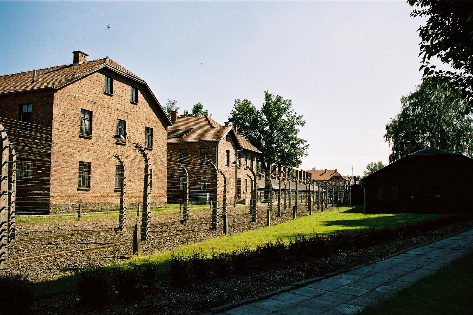 Auschwitz 1, vue ext�rieure, batiments et cloture