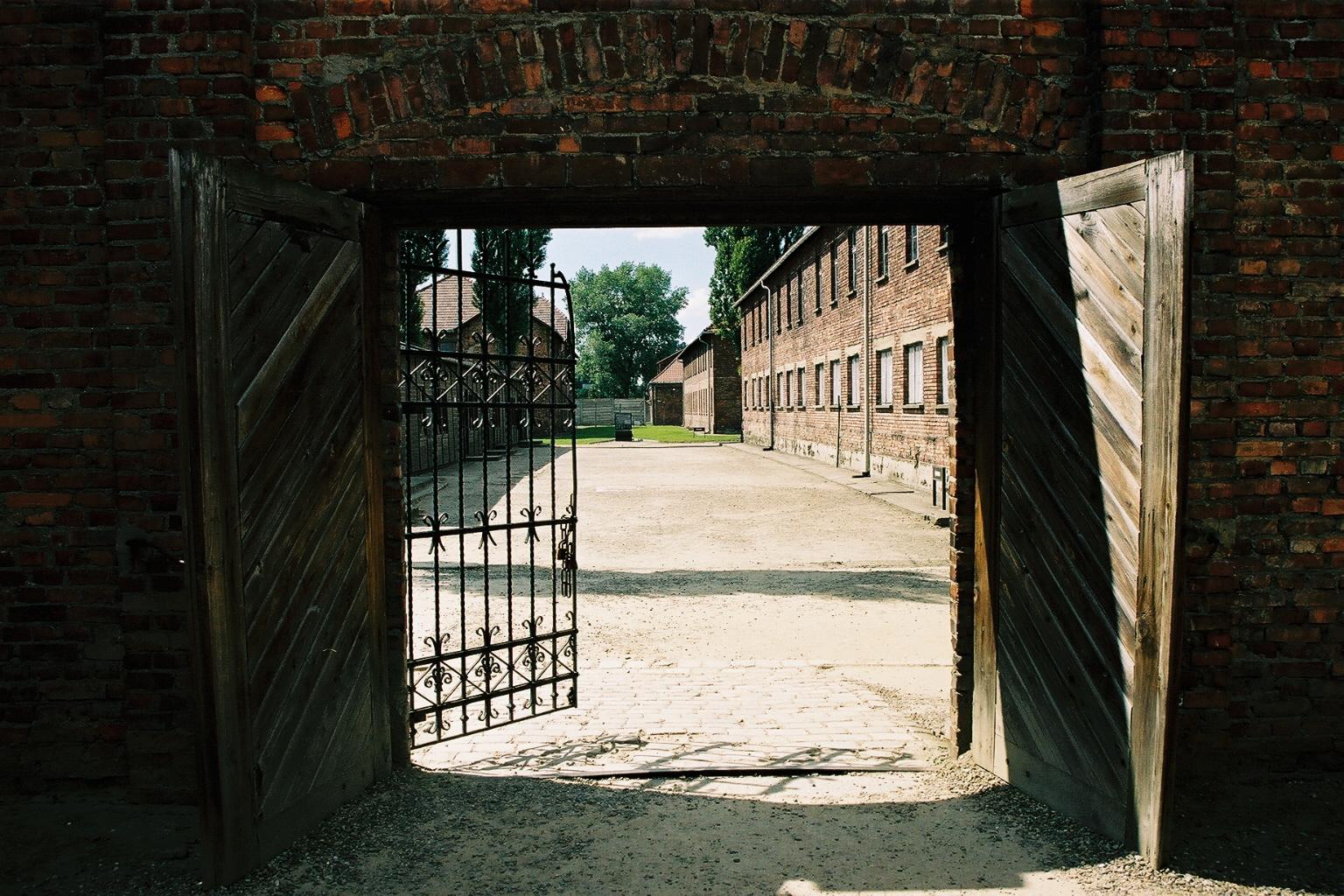 Auschwitz 1, porte acc�s baraquements